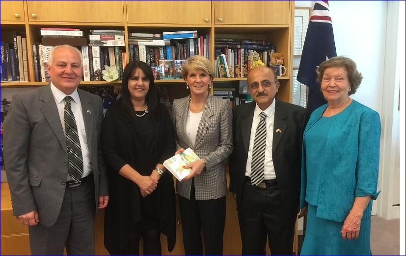 Julie Bishop (C), the Australian minister for Foreign Affairs, meets an Assyrian delegation.